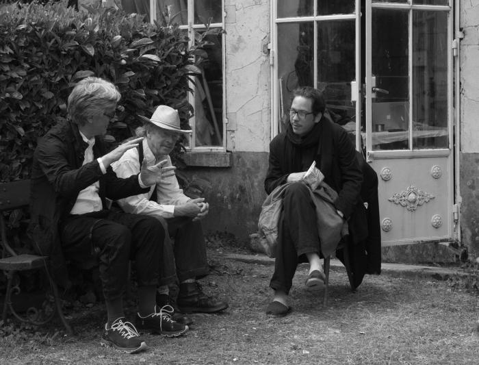 """Wim Wenders am Set von """"Die schönen Tage von Aranjuez"""" mit Schauspieler Reda Kateb und Autor Peter Handke © Donata Wenders"""